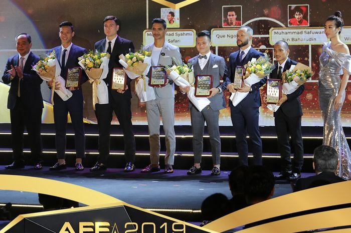 Pemain timnas Indonesia, Riko Simanjuntak (kedua dari kanan) dalam acara AFF Awards 2019 di Vietnam.