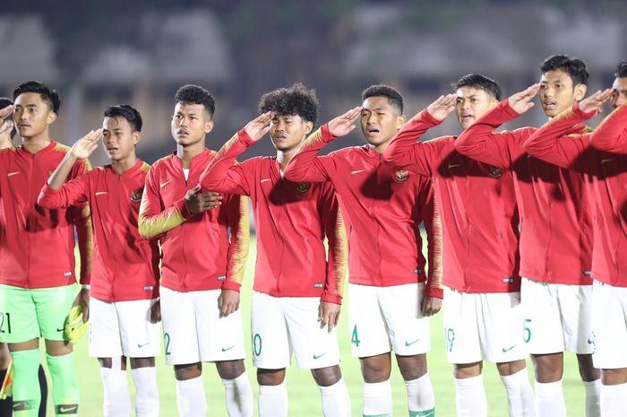 Skuat timnas U-19 Indonesia menyanyikan lagu Indonesia Raya saat menghadapi Hong Kong pada laga kedua Grup K Kualifikasi Piala Asia U-19 2020 di Stadion Madya, Kompeks Gelora Bung Karno, Senayan, Jakarta Pusat, Jumat (8/11/2019),