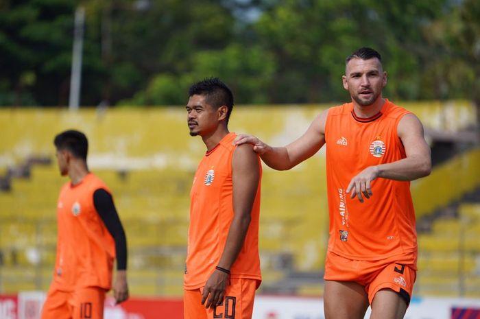 Bambang Pamungkas dan Marko Simic saat Persija Jakarta menggelar latihan resmi di Stadion Haji Agus Salim, Padang, Rabu (6/11/2019).