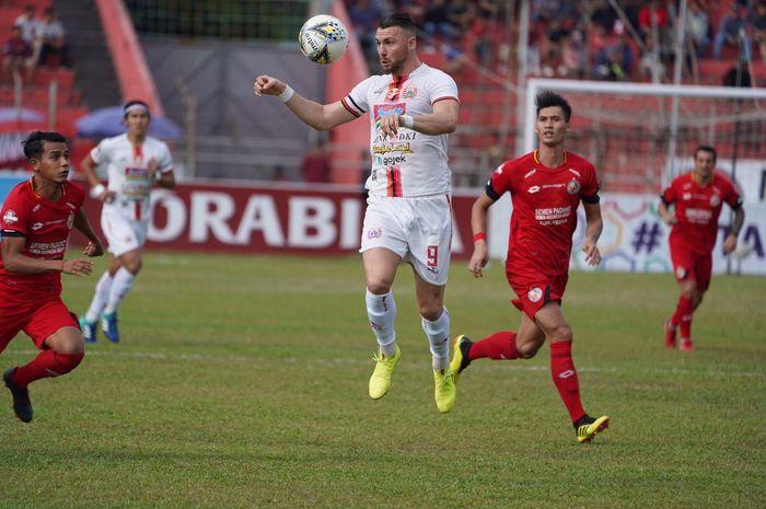 Aksi pemain Persija Jakarta, Marko Simic pada laga kontra tuan rumah Semen Padang di Stadion Haji Agus Salim, Kamis (7/11/2019).