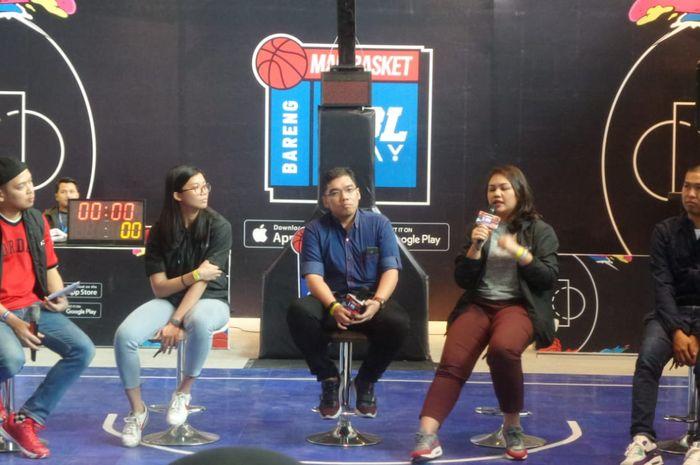 Direktur DBL Indonesia, Masany Audri (kedua dari kanan), menjelaskan program Main Basket bareng KFC kepada awak media di Jakarta, Jumat (8/11/2019).