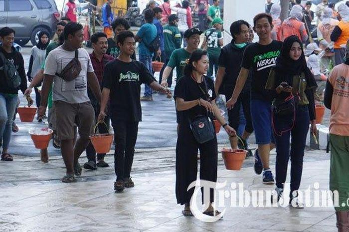 Bonek ikut kerja bakti di Stadion Gelora Bung Tomo Surabaya bersama manjemen tim Persebaya dan Pemkot Surabaya, Jumat (8/11/2019).