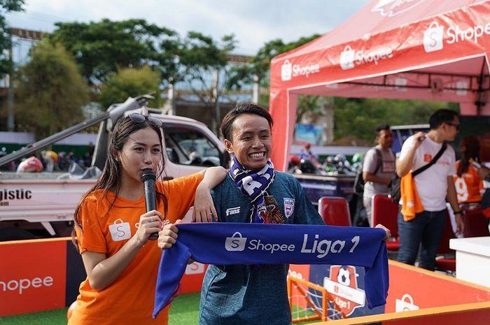 Salah satu Aremania menikmati booth Shopee sebelum laga Arema FC kontra Madura United di Stadion Kanjuruhan, Kepanjen, Kabupaten Malang, Jumat (8/11/2019).