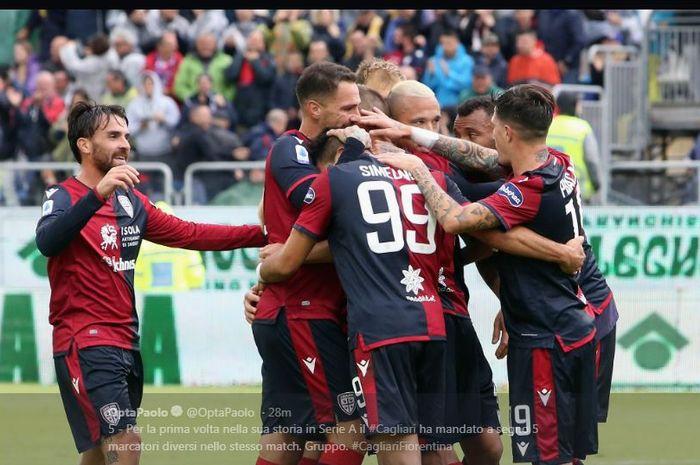 Para pemain Cagliari merayakan gol.