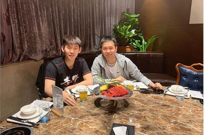 Pebulu tangkis Indonesia, Hendra Setiawan bersama ganda putra China, Liu Yuchen.