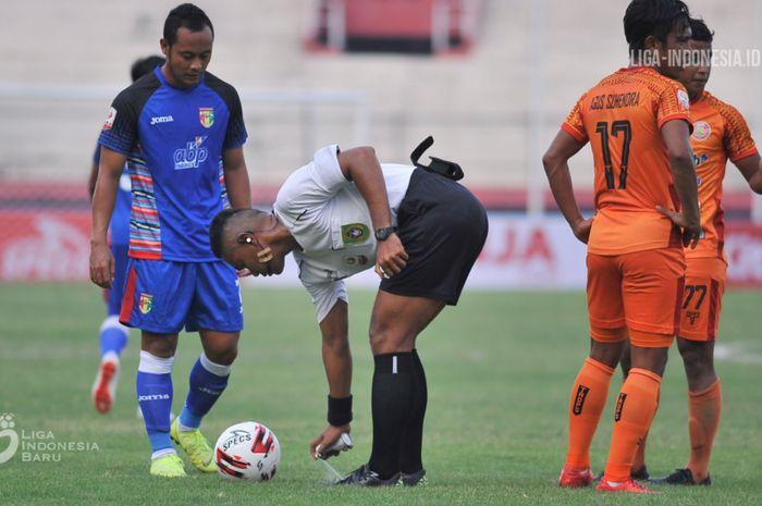 Wasit asal Sulawesi Utara, Sance Lawita, terlihat menggunakan vanishing spray saat memimpin laga Persiraja Banda Aceh melawan Mitra Kukar pada delapan besar Liga 2 2019.