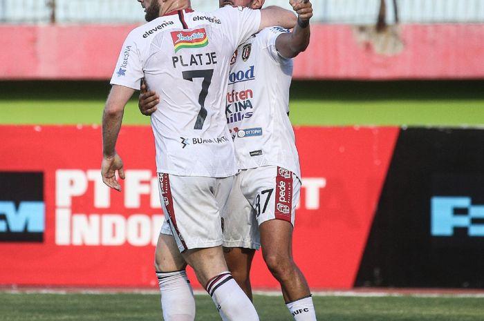 Selebrasi Stefano Lilipaly dan Melvin Platje setelah mencetak gol untuk Bali United menghadapi Persipura Jayapura dalam lanjutan Liga 1 2019 di Stadion Gelora Delta, Sidoarjo, Senin (11/11/2019).
