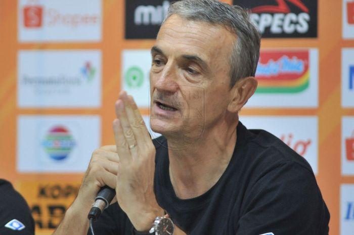 Pelatih Arema FC, Milomir Seslija, memberikan keterangan saat konferensi pers setelah laga melawan Persib Bandung pada 12 November 2019.