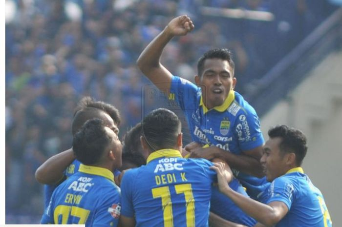 Para pemain Persib Bandung merayakan gol yang dicetak oleh Frets Butuan pada laga kontra Arema FC di Stadion Si Jalak Harupat, Kabupaten Bandung pada Selasa (12/11/2019).