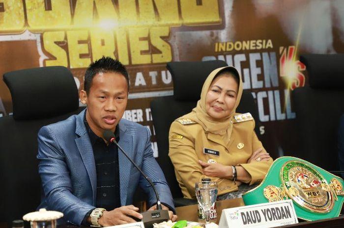 Petinju asal Indonesia, Daud 'Cino' Yordan, dan Wali Kota Batu, Dewanti Rumpoko, saat berbicara kepada pers, Senin (11/11/2019).