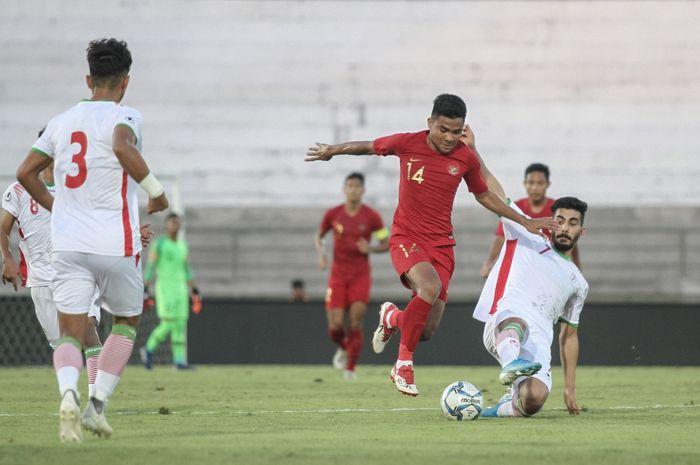 Pemain timnas U-22 Indonesia, Asnawi Mangkualam dijegal pemain timnas U-23 Iran, Reza Shekari, di Stadion Kapten I Wayan Dipta, Gianyar, Rabu (13/11/2019).