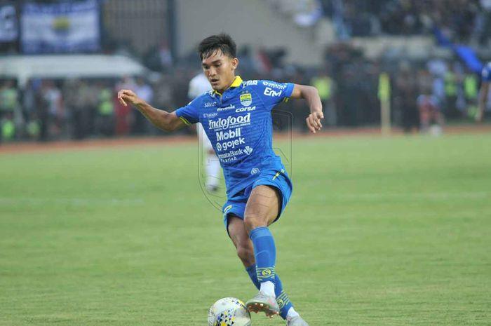 Bek sayap Persib Bandung, Zalnando, saat membela timnya melawan Arema FC pada laga tunda pekan ke-21 Liga 1 2019.