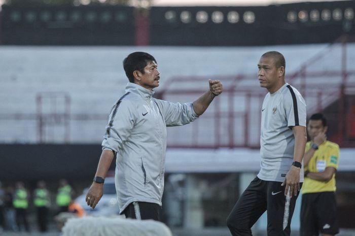 Pelatih dan Asisten pelatih timnas U-22 Indonesia, Indra Sjafri serta Nova Arianto pada laga persahabatan kontra timnas U-23 Iran, di Stadion Kapten I Wayan Dipta, Gianyar, Rabu (13/11/2019).