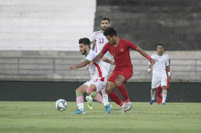 Striker timnas U-22 Indonesia, Muhammad Rafli berduel dengan pemain timnas U-23 Iran, di Stadion Kapten I Wayan Dipta, Gianyar, Rabu (13/11/2019).