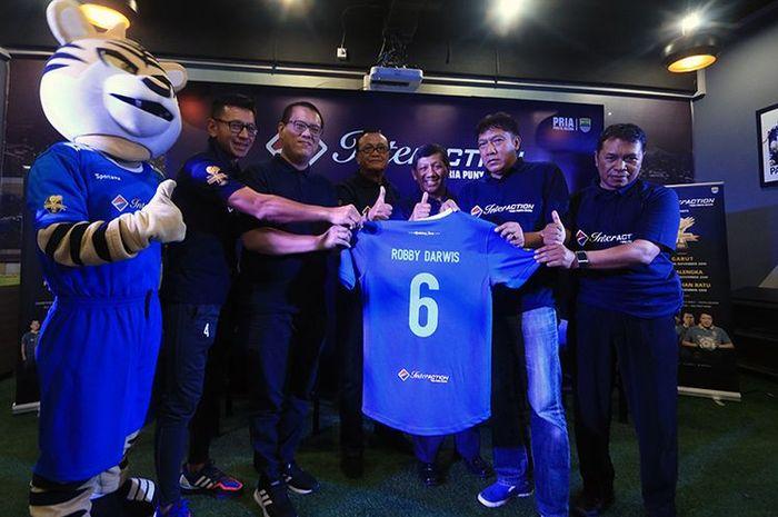 Jajaran manajemen Persib bersama perwakilan legenda Persib 1994/1995, Robby Darwis dan Sutiono Lamso.