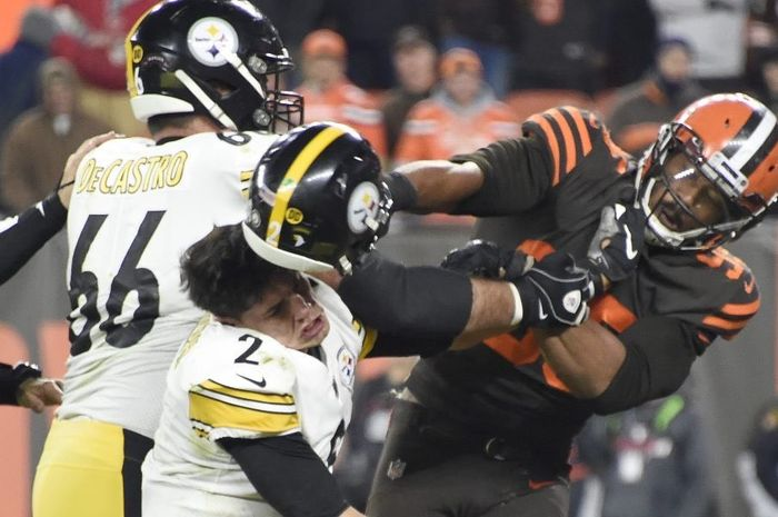 Pemain Cleveland Browns, Myles Garrett, memukul pemain Pittsburgh Steelers, Mason Rudolph, dengan helmnya sendiri pada Kamis (14/11/2019).