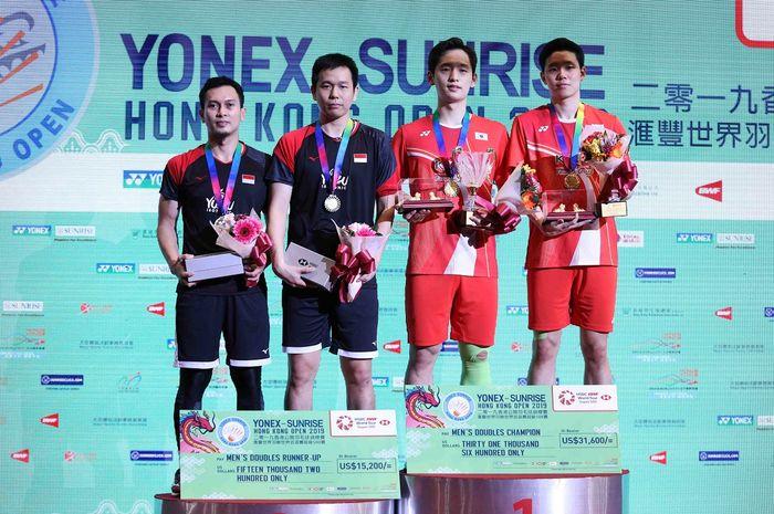 Pasangan ganda putra Indonesia, Mohammad Ahsan/Hendra Setiawan, berpose di podium runner-up Hong Kong Open 2019 bersama pasangan juara, Choi Solgyu/Seo Seung-jae (Korea Selatan).