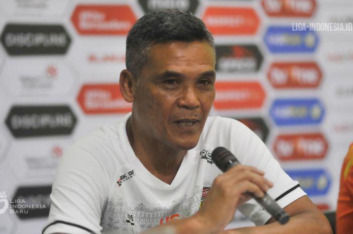 Pelatih Persiraja Banda Aceh, Hendri Susilo, memberikan keterangan saat jumpa pers setelah laga kontra Sriwijaya FC pada babak delapan besar Liga 2 2019.
