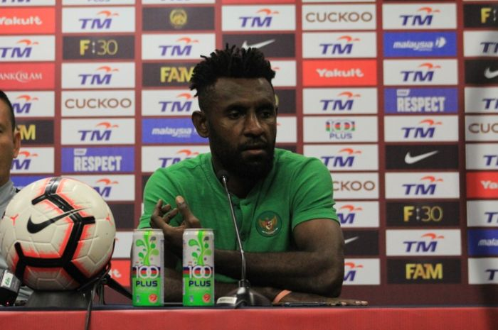 Bek timnas Indonesia, Yanto Basna, memberikan komentar saat konferensi pers jelang laga kontra Malaysia pada Kualifikasi Piala Dunia 2022 Zona Asia.