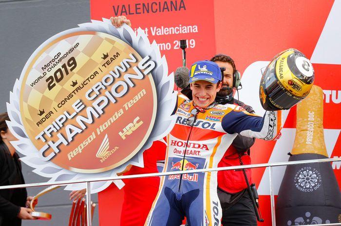 Pembalap Repsol Honda, Marc Marquez, berpose setelah memastikan triple crown setelah balapan MotoGP Valencia di Sirkuit Ricardo Tormo, Spanyol, Minggu (17/11/2019).