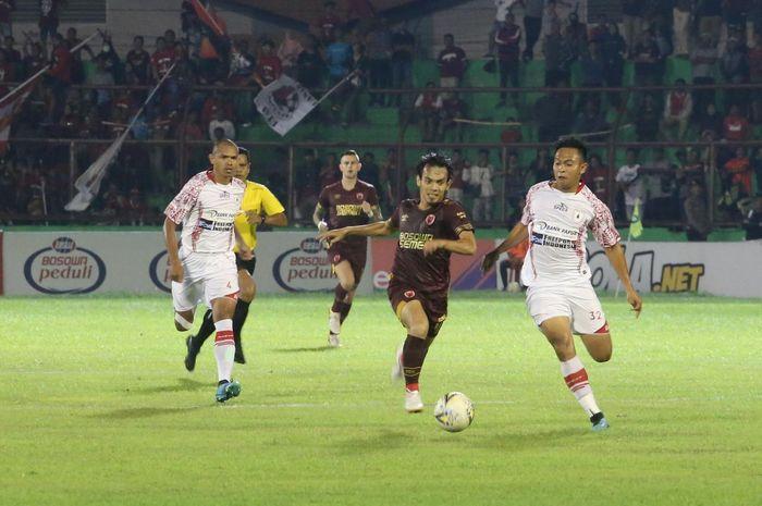 Suasana pertandingan PSM Makassar melawan Persipura Jayapura di Stadion Andi Matalatta, Makassar, Senin (18/11/2019).
