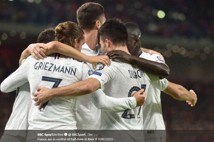 Para pemain timnas Prancis merayakan gol yang dicetak oleh Antoine Griezmann ke gawang timnas Albania pada pertandingan terakhir Grup H Kualifikasi Euro 2020, Minggu (17/11/2019).
