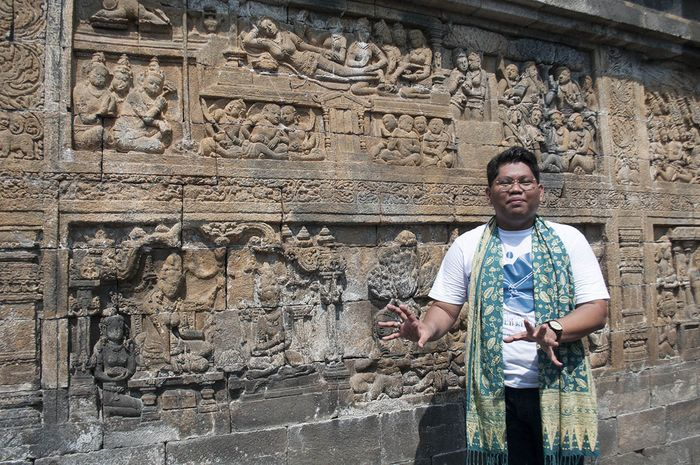 Louie Buana (anggota peneliti tim storytelling Borobudur Universitas Gajah Mada) sedang menyampaikan kisah panel relief pemijatan Ratu Maya di Borobudur. Dari hasil penelusurannya meneliti relief-relief candi Hindu Buddha di Asia Tenggara, hanya Borobudur lah yang memiliki relief bertema pemijatan tradisional.
