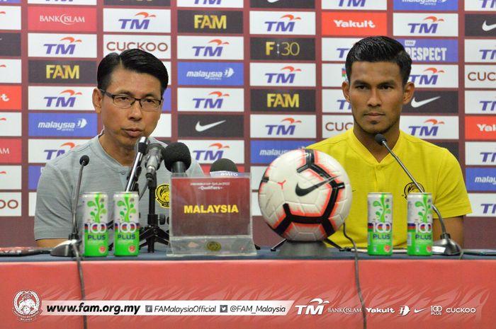 Pelatih timnas Malaysia, Tan Cheng Hoe (kiri), bersama pemainnya, Syahmi Safari (kanan), saat menghadiri konferensi pers sebelum laga melawan Indonesia dalam Kualifikasi Piala Dunia 2022 Grup G Zona Asia.