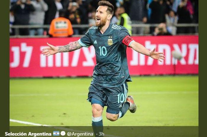Megabintang timnas Argentina, Lionel Messi, merayakan gol yang dicetak ke gawang timnas Uruguay dalam laga persahabatan di Stadion Bloomfield, Senin (18/11/2019).