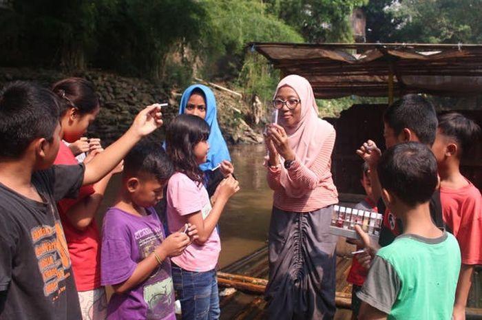 Anak-anak SD antusias mempelajari sains sederhana di LabTek Apung sekaligus membangun kesadaran akan lingkungan hidup.