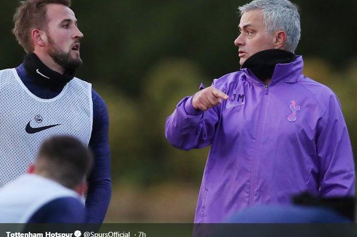 Pelatih Tottenham Hotspur, Jose Mourinho (kanan), berbicara dengan Harry Kane dalam sesi latihan tim, Rabu (20/11/2019).