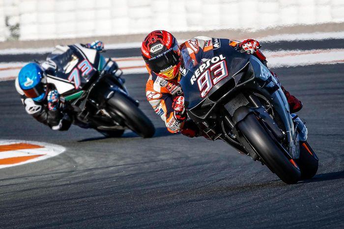 Pembalap Repsol Honda, Marc Marquez (depan) memacu motor pada tes pramusim 2020 di Sirkuit Ricardo Tormo, Valencia.