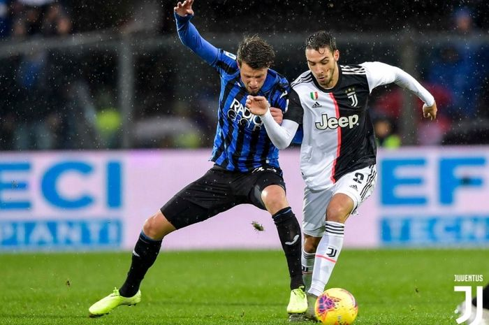 Mattia De Sciglio berebut bola dengan salah satu pemain Atalanta pada pertandingan pekan ke-13 Liga Italia 2019-2020, Sabtu (23/11/2019).