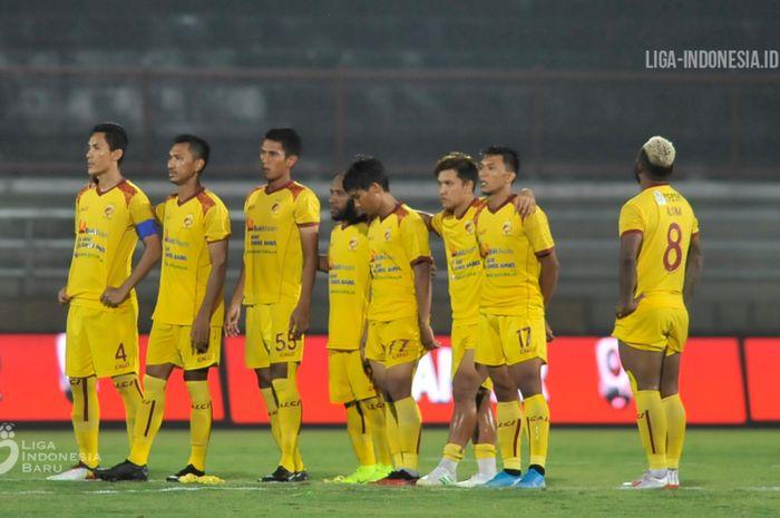 Para pemain Sriwijaya FC berdiri menyaksikan babak adu penalti melawan Persita Tangerang di semifinal Liga 2 2019, Jumat (22/11/2019).
