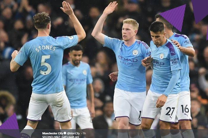 Para pemain Manchester City merayakan gol yang dicetak oleh Kevin De Bruyne (tengah) saat melawan Chelsea pada pertandingan Liga Inggris, Sabtu (23/11/2019).