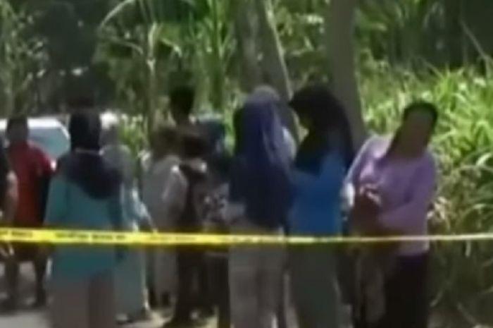 Kerumunan warga yang ingin melihat proses evakuasi jenazah Slamet yang hendak memperkosa istri temannya sendiri.