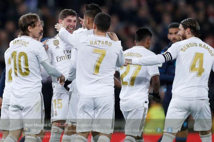 Pemain Real Madrid merayakan gol Federico Valverde dalam laga pekan ke-14 Liga Spanyol melawan Real Sociedad di Stadion Santiago Bernabeu, 23 November 2019.
