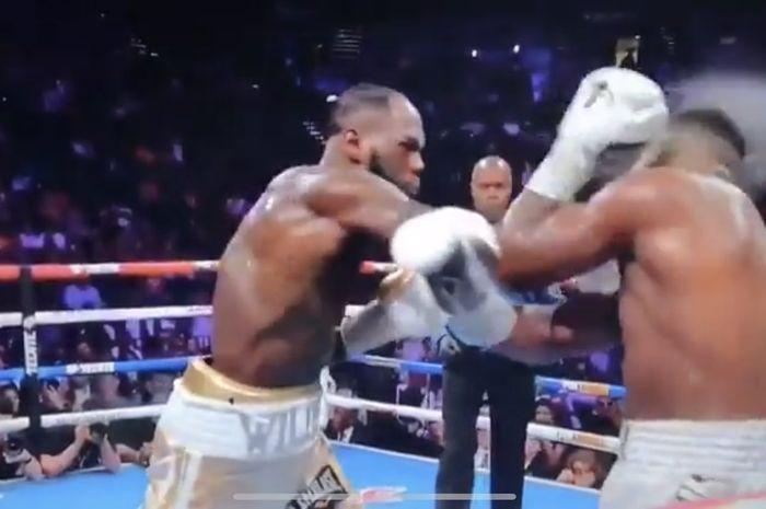 Momen saat pukulan Deontay Wilder mengenai kepala Luis Ortiz pada duel perebutan sabuk juara kelas berat WBC, Minggu (24/11/2019).
