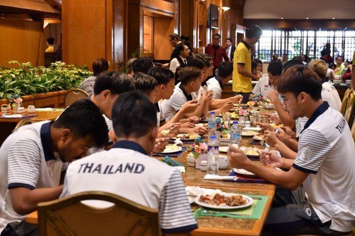 Timnas U-22 Thailand mengeluhkan penyediaan makanan dan air di hotel.