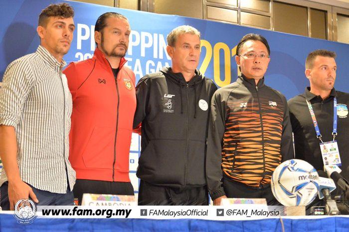Para pelatih dari tim-tim canag sepak bola putra grup A SEA Games 2019. Dari kiri: Felix Dalmas (Kamboja), Velizar Popov (Myanmar), Fabiano Flora (Timor Leste), dan Ong Kim Swee (Malaysia)