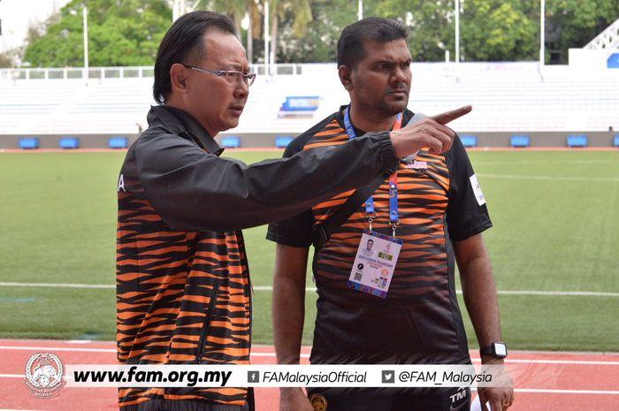 Pelatih timnas U-22 Malaysia, Ong Kim Swee (kiri) jelang anak asuhnya bersua Myanmar pada laga pertama sepak bola putra SEA Games 2019 di Stadion Rizal Memorial, Manila, Senin (25/11/2019) sore WIB.