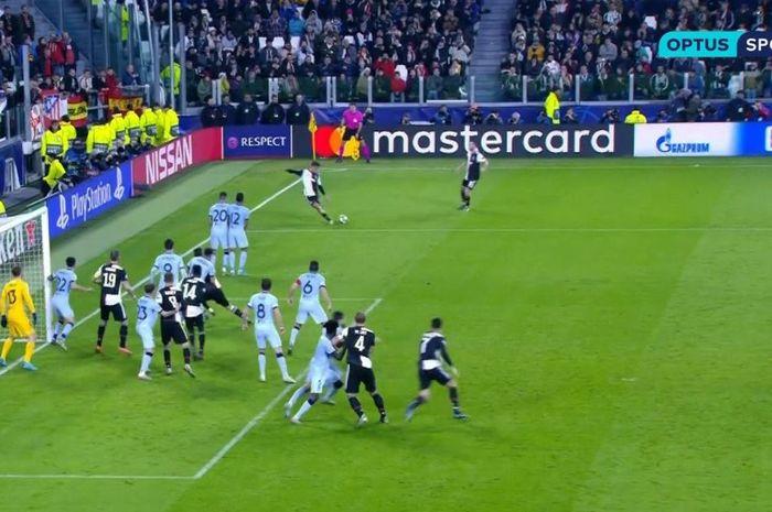 Penyerang Juventus, Paulo Dybala, mencetak gol free-kick dalam laga Grup D Liga Champions melawan Atletico Madrid di Juventus Stadium, Selasa (26/11/2019).