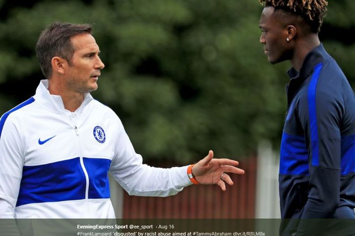 Pelatih Chelsea, Frank Lampard, bersama pemainnya, Tammy Abraham.