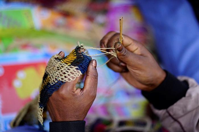 Salomina Pabika menyelesaikan pembuatan noken di Jalan Anelagak Hotel Jerman, Kampung Yumugima, Distrik Siepkosi, Kabupatten Jayawijaya, Papua.