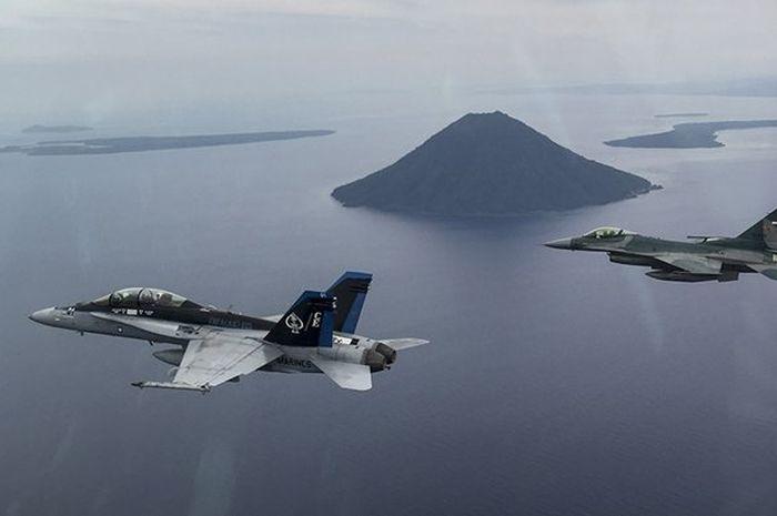 Pesawat tempur di atas lautan natuna