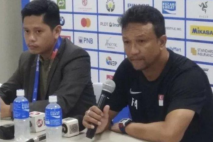 Pelatih timnas U-22 Singapura Fandi Ahmad (kanan) memberikan keterangan kepada media usai laga kontra Indonesia dalam lanjutan Grup B SEA Games 2019 di Stadion Rizal Memorial, Manila, Filipina, Kamis (28/11/2019).