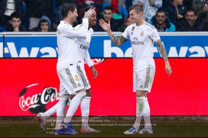Sergio Ramos dan Toni Kroos merayakan gol pertama Real Madrid ke gawang Alaves pada laga lanjutan Liga Spanyol.