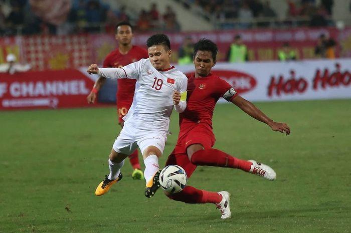 Bek Vietnam, Nguyen Trong Hoang melawan pemain timnas U-22 Indonesia di SEA Games 2019.