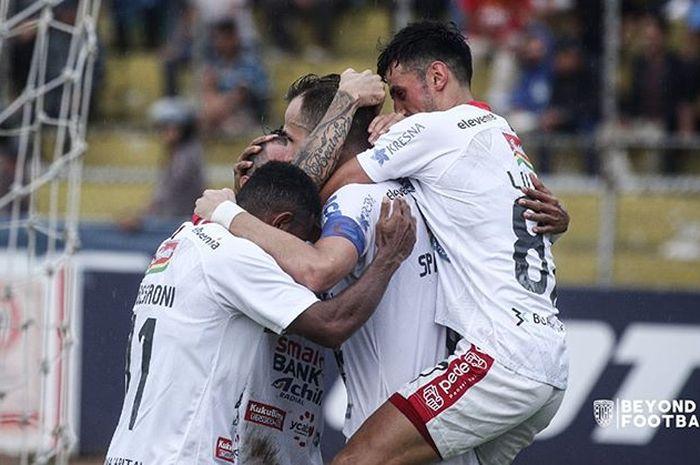 Pemain Bali United merayakan gol yang dicetak oleh Ilija Spasojevic ke gawang Semen Padang pada pekan ke-30 Liga 1 2019.