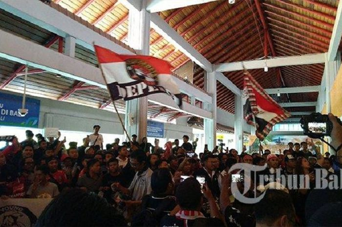 Ratusan suporter Bali United, memadati Bandara I Gusti Ngurah Rai, Selasa (3/12/2019).